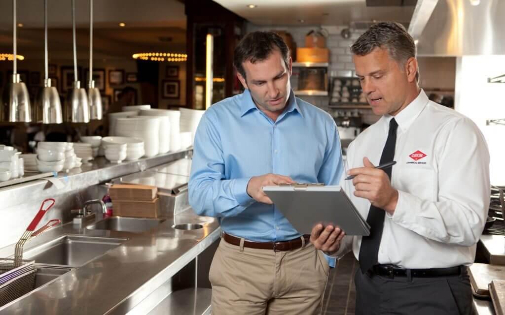Inspection d'un restaurant par un technicien d'Orkin Canada